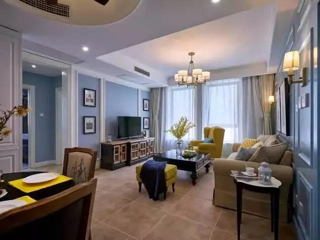 客厅整个地面铺设的都是仿古砖,墙面的颜色是浅蓝色,辅白色的线条