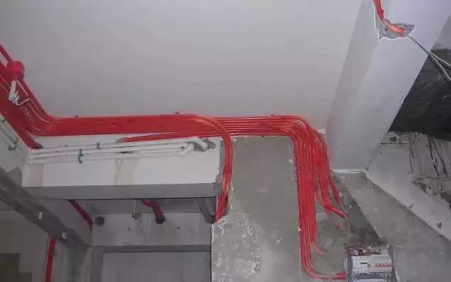 误区13:水电线路排布距离过于接近 强弱电线管位于墙面上的