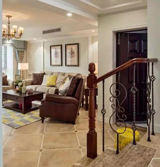 这个户型在客厅和餐厅之间是有三级台阶的错层,台阶采用大理石铺贴.