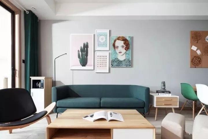 客厅地面通铺浅色木地板,白色的乳胶漆墙面,走线功能的简单吊顶图片