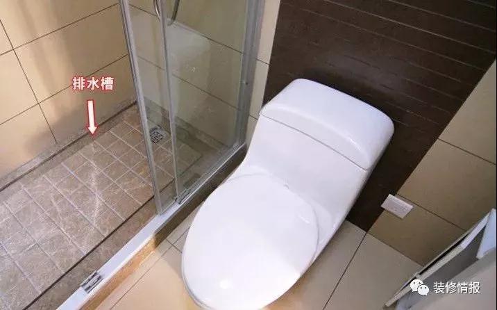 有过装修经验的读者都知道,卫浴间装修很费时间、很专业、很麻烦。尤其是墙地面的防水施工,倘若处理不好着实令人揪心。而秋冬季节又是水管爆裂的高发期,如何预防?如何治理?编辑特地分享卫浴施工流程,快来学习吧! 房屋信息 地址:北京 朝阳区 监理:孙工 户型:两室两厅 居住面积:92 读者需求:卫浴间局部翻新 施工重点:墙地面防水、墙地砖铺贴  通常来说,卫浴间施工可分为多个步骤:首先是墙面开槽进行排水管路敷设,同时进行给水试压试验和电路改造敷设。随后的墙地面防水和闭水试验,是重点!其次是墙地砖铺贴和吊顶架设,