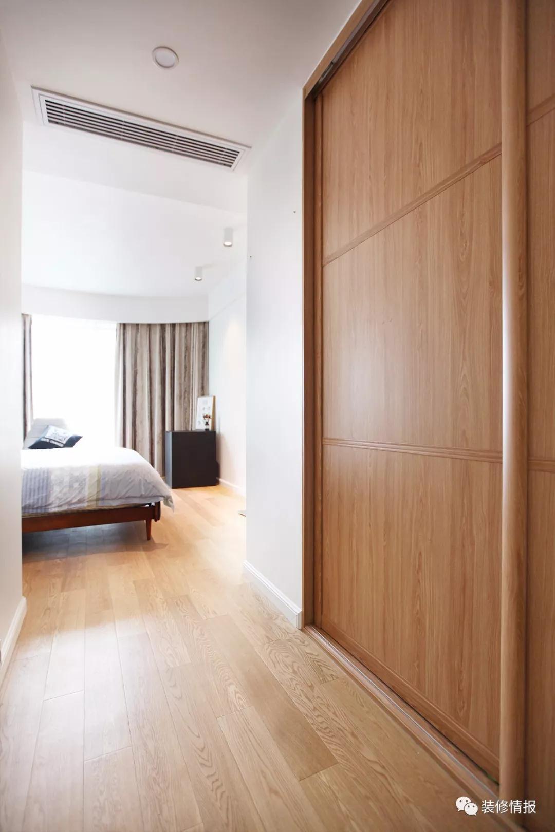 卧室入口隐形的大衣柜,推拉门,不占空间收纳非常足,全屋木制定制的
