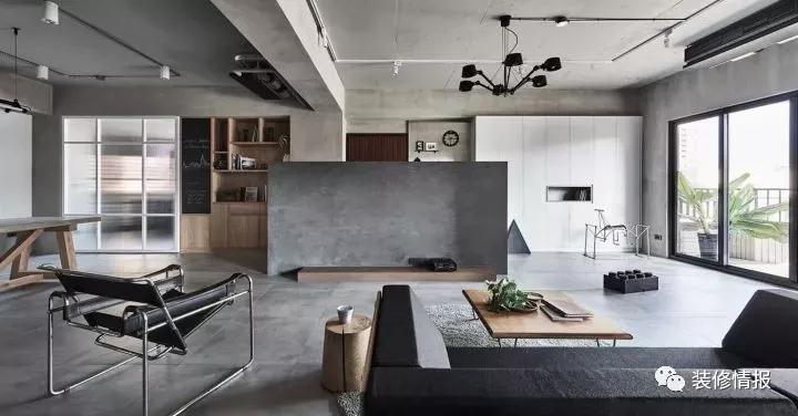 客厅没有电视机,代以灰色水泥屏风,隔出了玄关的位置,让人不会一进门
